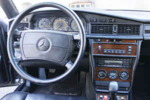Mercedes 190 e 2 3 16 voitures youngtimers for Interieur mercedes 190
