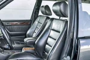 Les sièges en cuir de la Mercedes 300 CE